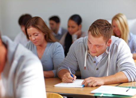 Jugendliche lernen im Seminar