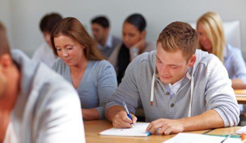Jugendliche lernen im Seminar ganz viele tolle Sachen und werden super Handwerker.