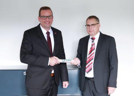 """Staffelstabübergabe"": Dr. Jens Prager übergibt die Leitung der ZWH an Dr. Ottmar Döring (rechts)."